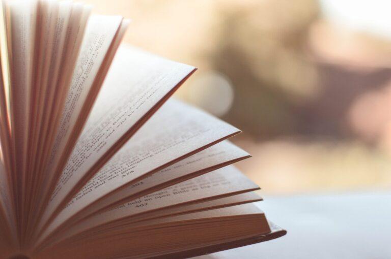 読書と本のイメージ