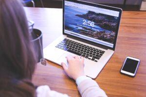 オンライン講座を受ける女性