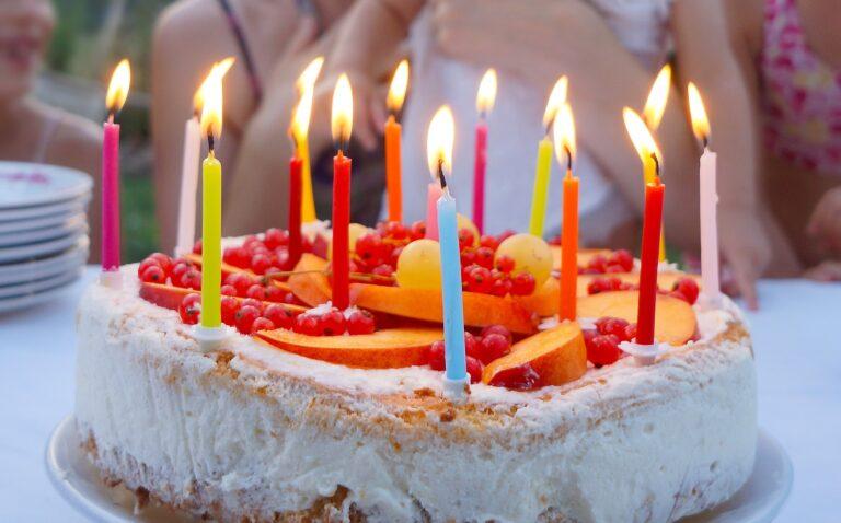 お誕生日のホールケーキ